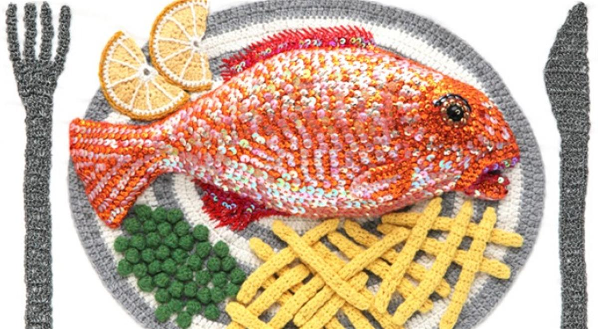 Gehaakte rode mul met doperwten en frites door Kate Jenkins. De pailletten maken de vis nog realistischer.