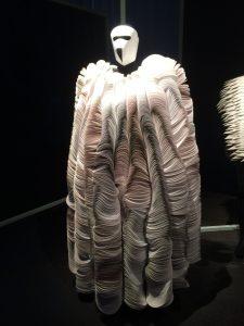 Sculptuur van gevouwen papier van Bea Szenfeld.