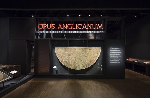 Ingang van de tentoonstelling in het Victoria & Albert Museum.