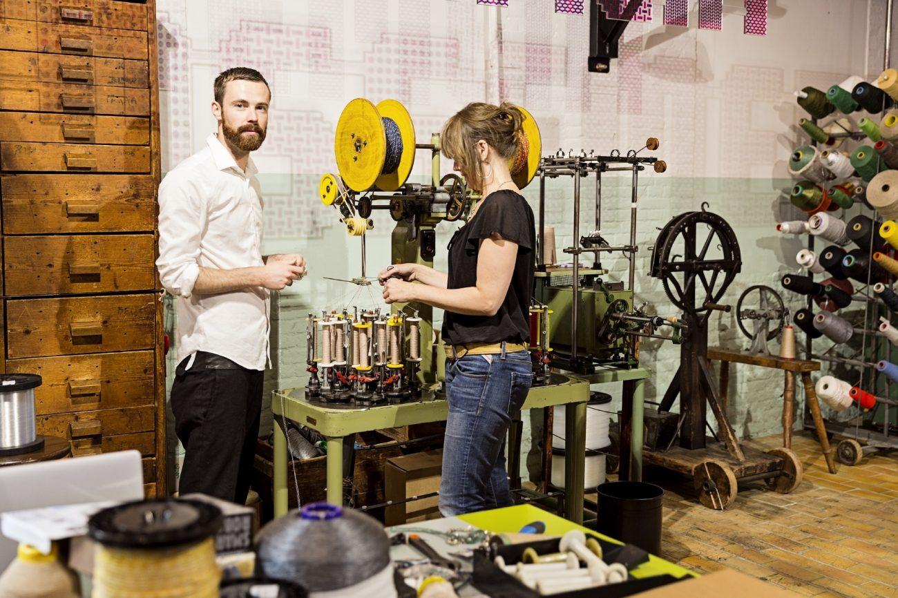Bart Hess werkend in het TextielLab afdeling passement - foto Josefina Eikenaar.