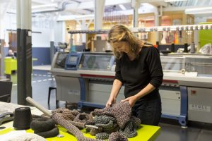 Tanja Smeets werkend in het TextielLab, afdeling breien - foto Josefina Eikenaar.