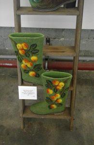 Tatina Shkunova - Appelboom, het symbool voor vrede en liefde, gevilte laarzen.