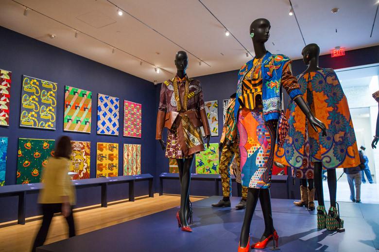 Op de wanden is een deel van de ruim 4.000 ontwerpen die Vlisco voor de Afrikaanse markt heeft gemaakt te zien.
