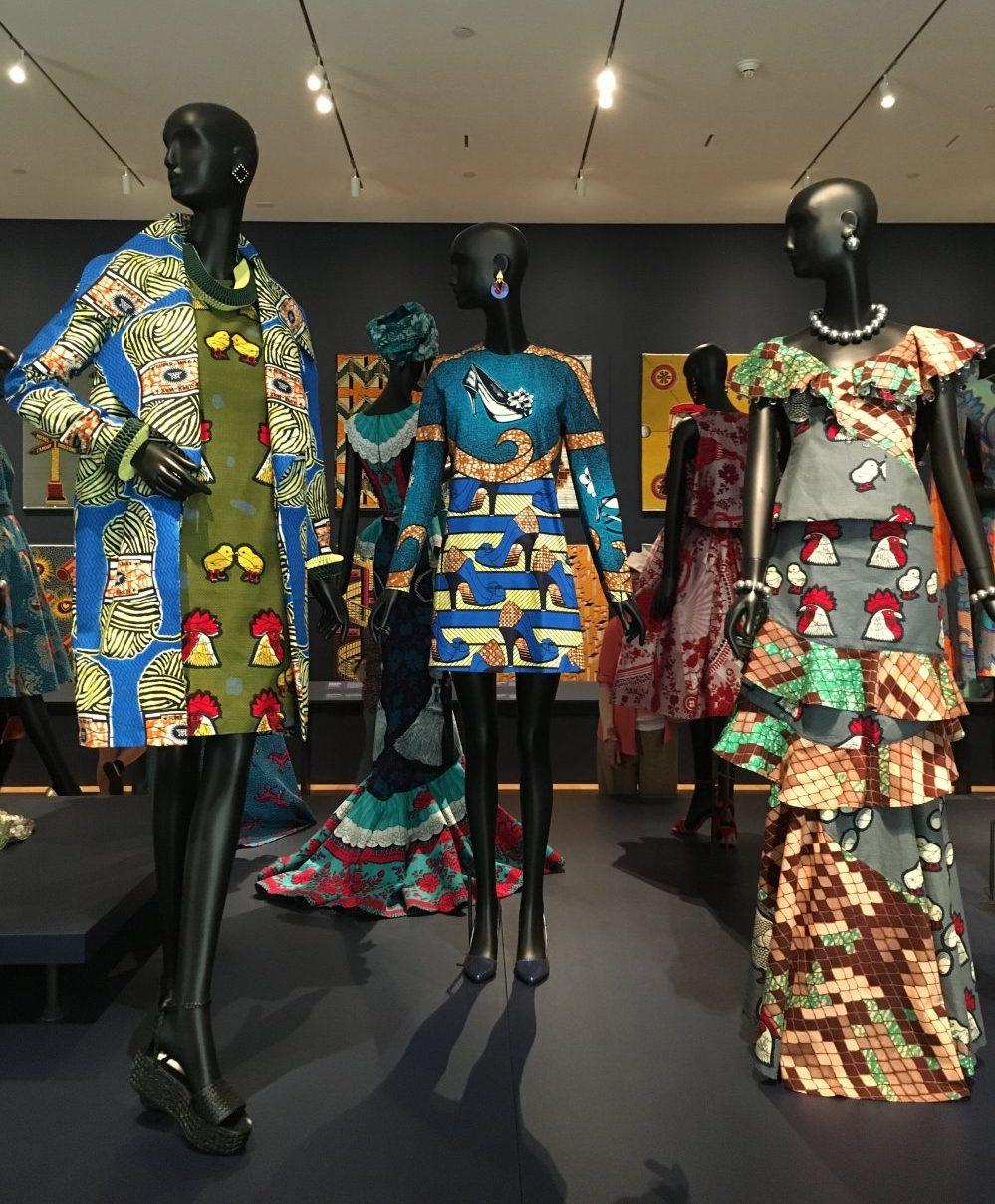 Toch al kleurrijk wordt de combinatie van meerdere stoffen in één kledingstuk bijna 'over the top'.