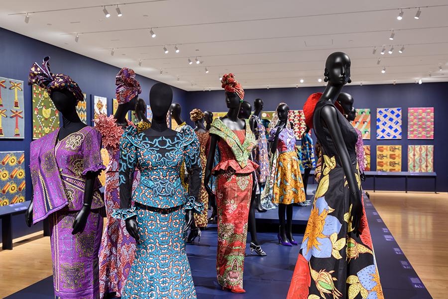 Voorbeelden van kleding door Afrikaanse ontwerpers, uitgevoerd in Vlisco-stoffen.