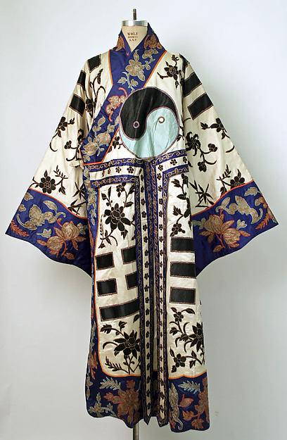 Mantel met acht trigrammen uit de I Tjing, zijde- en metaaldraad, geborduurd op zijden satijn, eind 19de eeuw.