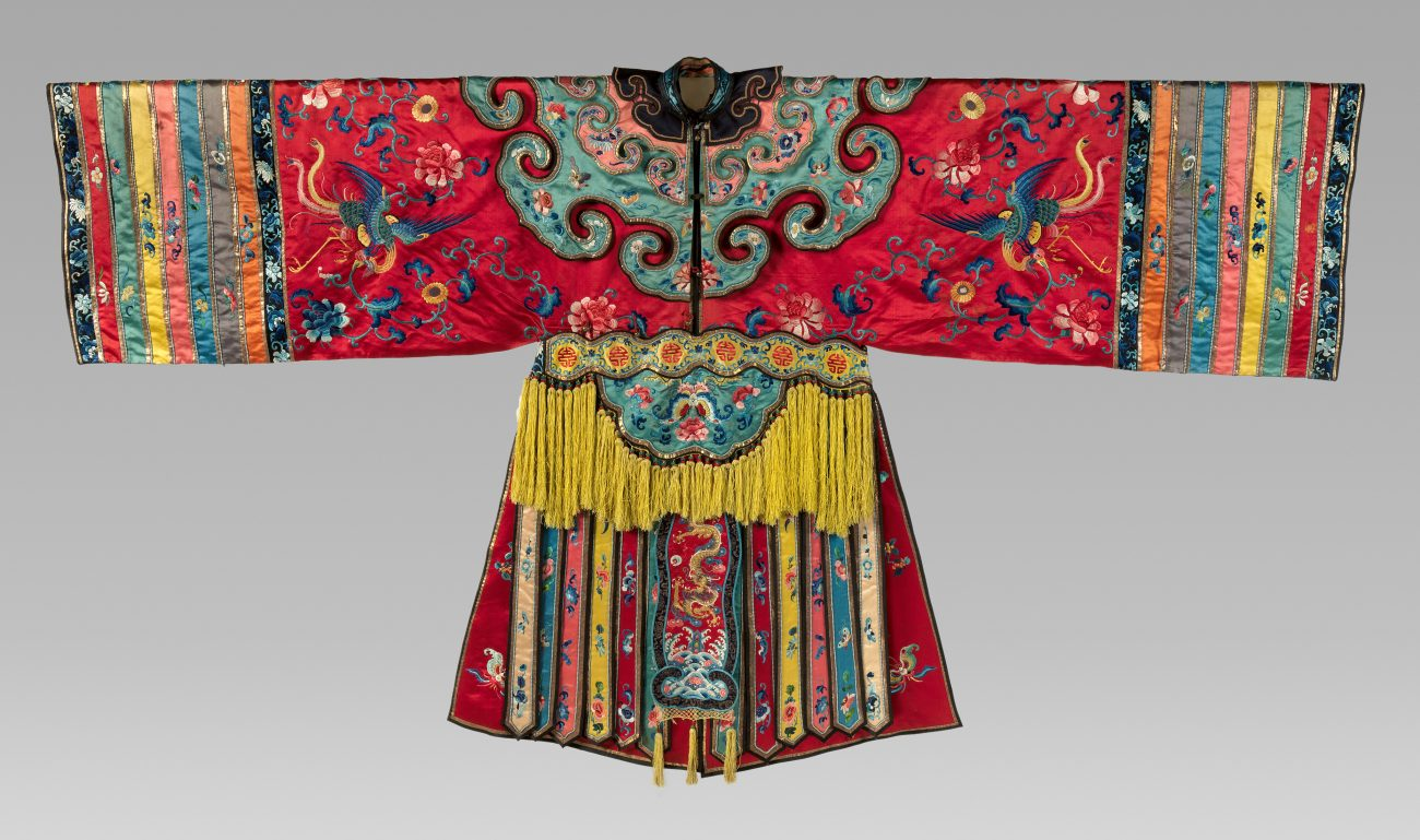 Operakostuum met feniksen en florale motieven met zijdedraad op zijden satijn geborduurd, 19de eeuw.