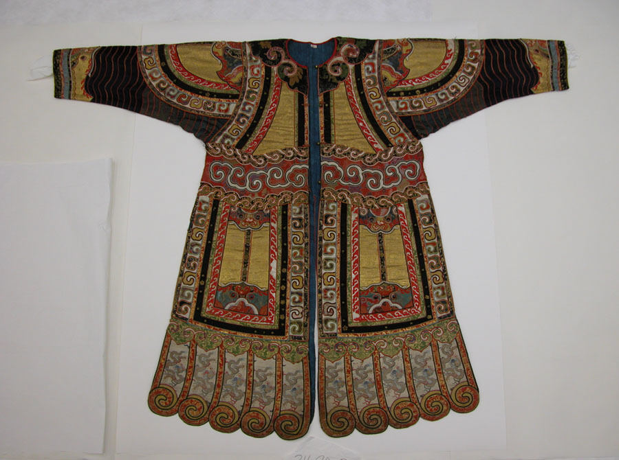 Operakostuum uit de 19de eeuw, zijde- en metaaldraad. Uit de voering blijkt dat het kostuum gebruikt is aan het keizerlijke hof.