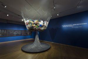 'De Mesthoop' staat symbool voor het plastic afval dat een mens produceert.