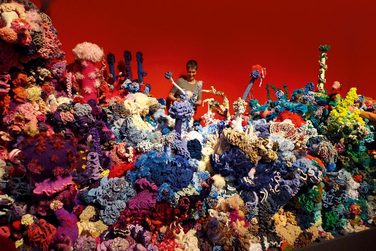 Een kleurrijke weergave van een koraalbos door middel van haakwerk.