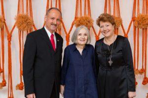 Françoise Grossen (midden) met de Zwitserse consul bij de opening van de tentoonstelling.