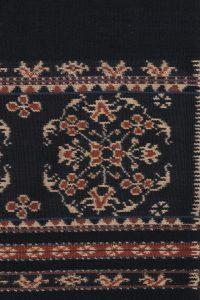 Detail van een vrouwensarong uit Sabu met een achtkantig bloemenpatroon dat in India zijn oorsprong vindt.