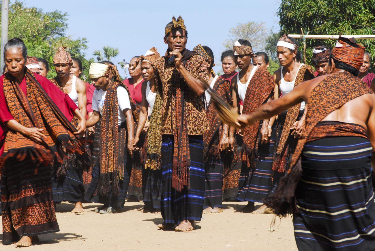 Handgemaakte ikat-weefsels worden op Centraal-Flores gedragen tijdens ceremonies en op feestdagen - foto Sabine Wunderlin.