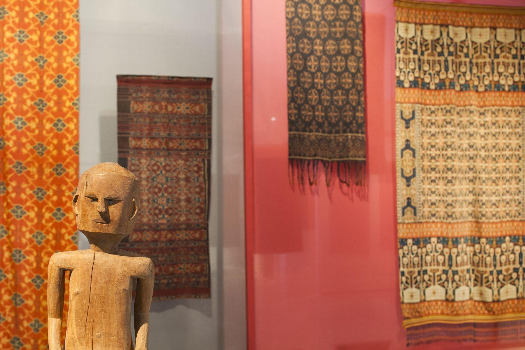 Ikat-weefsels met bloempatronen domineren de tentoonstelling.