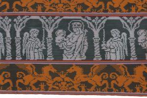 Mannenomslagdoek. De Oost-Timorese enclave Oecusse staat bekend om zijn weefstukken met patronen die geïnspireerd zijn op Portugese kruissteekpatronen met katholieke motieven.