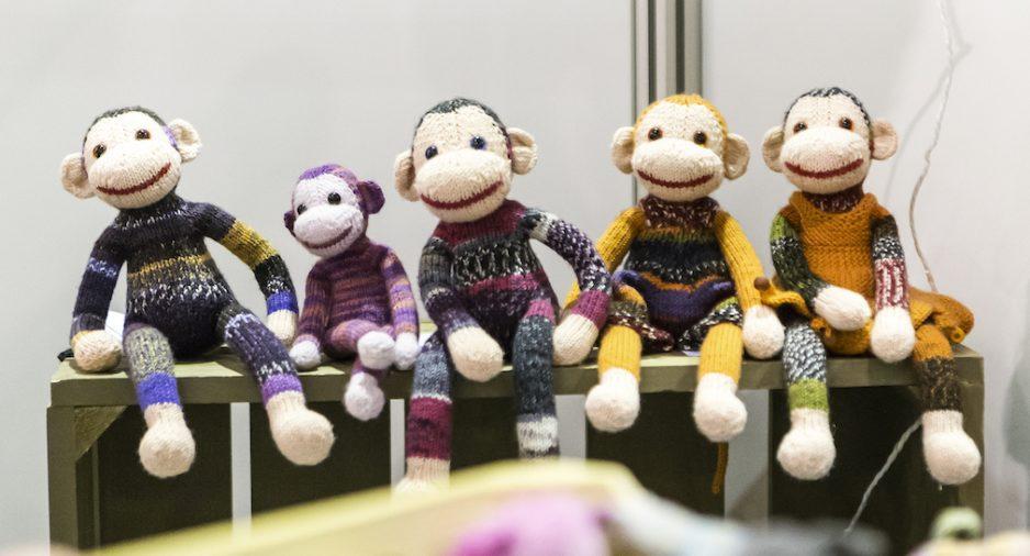 Vrolijke gebreide aapjes op de Handwerkbeurs 2016.