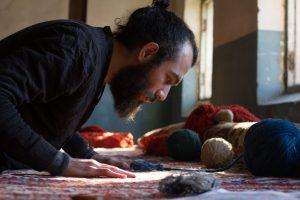 Faig Ahmed aan het werk in zijn studio.