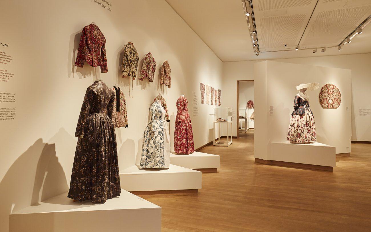 Overzichtsfoto tentoonstelling met klederdracht - foto Erikjan Koopmans.