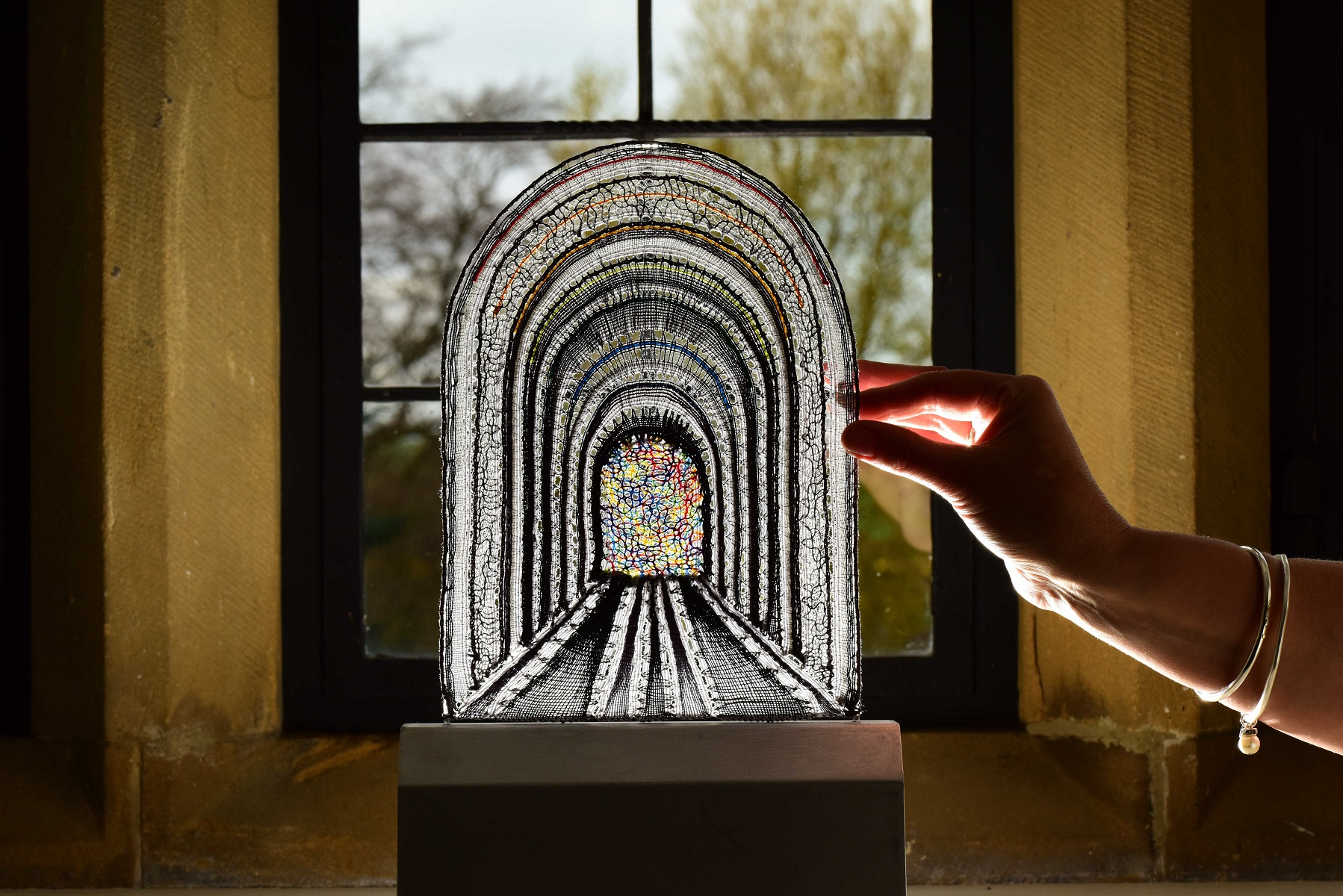 Een duidelijk op de abdij geïnspireerd kantwerkstuk van Vanessa Krushner.