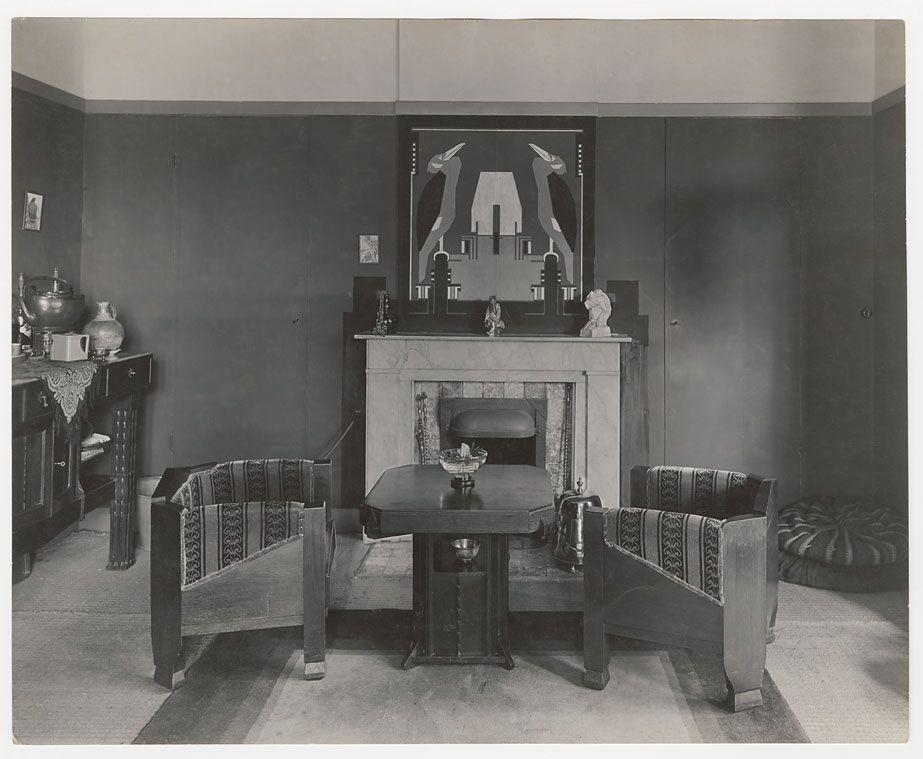 Interieur in de stijl van de Amsterdamse School met twee fauteuils gestoffeerd met trijpbekleding, ontwerper Jacobus Hellendoorn, circa 1925 - Collectie Het Nieuwe Instituut, Rotterdam.