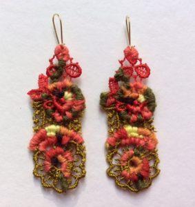 Kleurige oorbellen in naaldkant van Corinne Rozental.