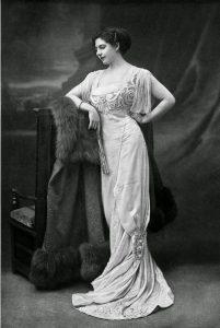 Mata Hari in een jurk van Buzenet, 1910.