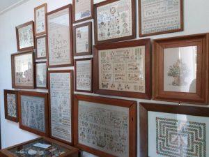 Een deel van de verzameling van Aukje de Boer bij haar thuis.