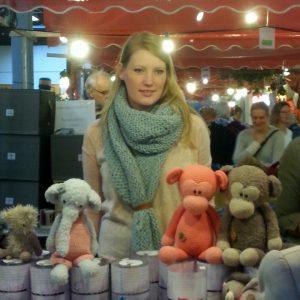 Stefanie Trouwborst van CuteDutch met een paar van haar knuffels.