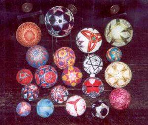 Temari-ballen van Sandra Moek.