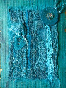 Waternimph - Dit werk is volledig opgebouwd met Sorbellosteken (een bepaalde borduursteek) van verschillende grootte en met verschillende garens. De 'Nimph' is een hoofdje van gips, de ronde schijf rechts is foam. Het geheel is bevestigd op gaas waarmee papier is geschept.