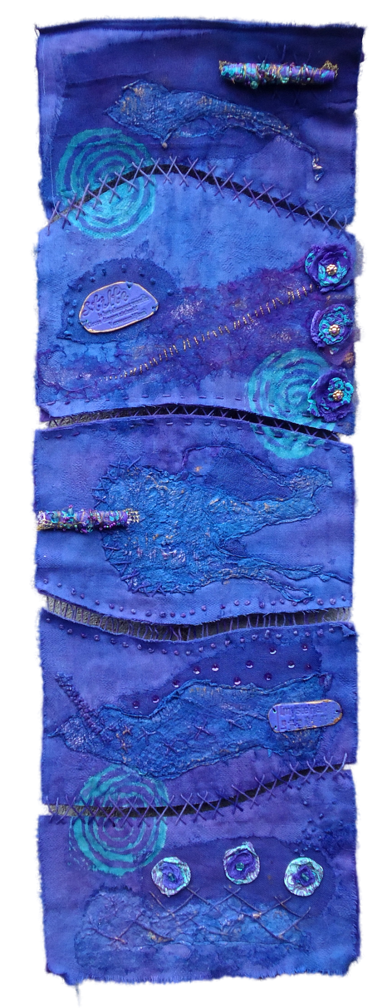 Bleu Silence - Deze is samengesteld uit verschillende materialen die samen in een verfbad zijn gegaan waardoor kleurnuances ontstonden. De lap is doorgeknipt, weer aan elkaar 'geborduurd' en vervolgens zijn er decoratieve elementen aangebracht van foam en Tyvek.