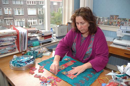 Joke Hardenbol aan het werk in haar atelier.