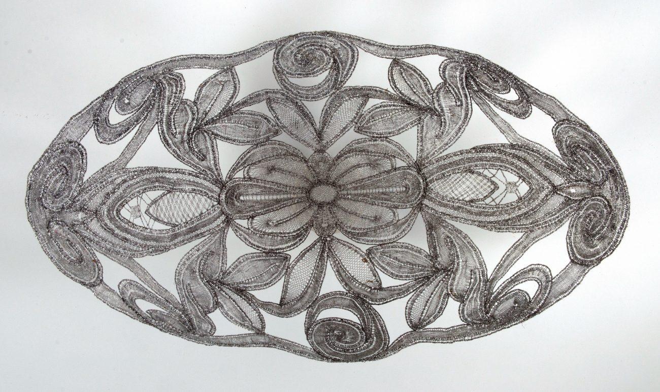 Bets van Zijl, 'Flowery', kantwerk van metaaldraad, 7 x 30 x 20 cm.