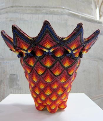 Werk van Marijk Dekkers, hoogte 32 cm, materiaal breikatoen 8/4.