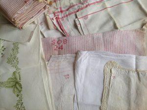 Verschillende merken 'SOB' van de linnenuitzet van Wilhelmina Cornelia barones Schimmelpenninck van der Oye uit 1901.