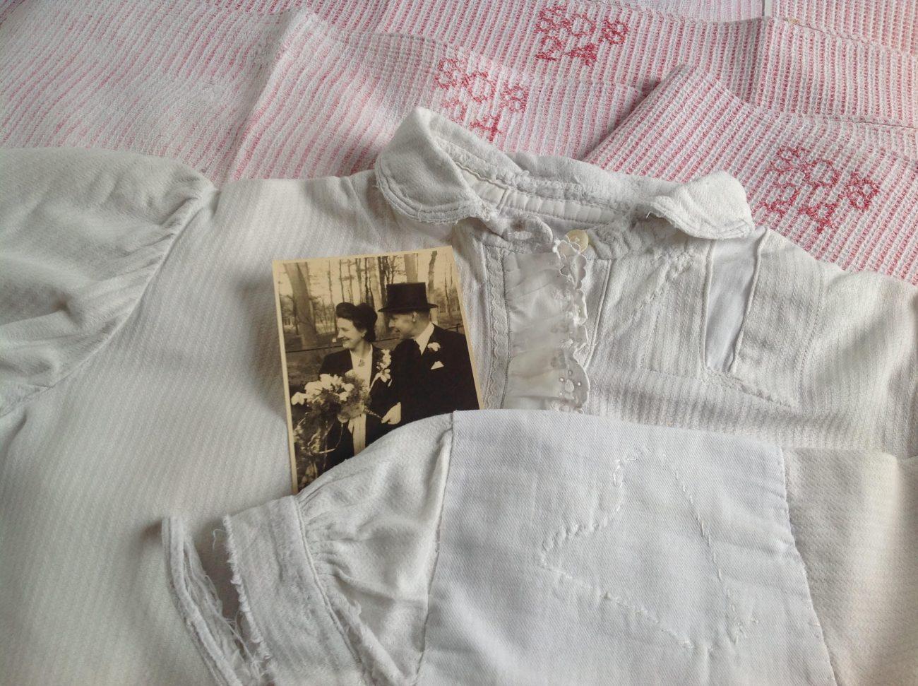 Versteld pyjamajasje en wafeldoeken, met trouwfoto Odette Graber en Asueer Jacob baron Schimmelpenninck van der Oye, 7 november 1945.