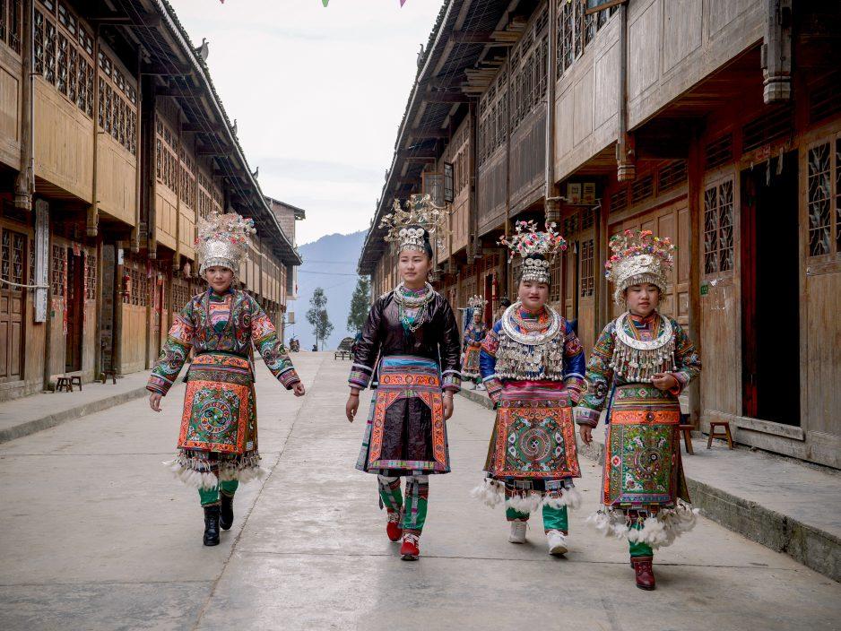 Vrouwen van de 100-birds-Miao in feestkleding, Wuji, Rongjiang - foto Wu Zeng Ou.