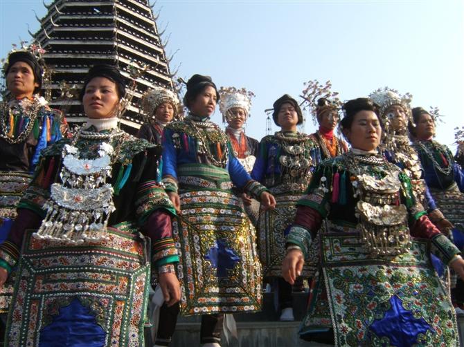 Vrouwen van het Dong-volk in hun prachtige kostuums.