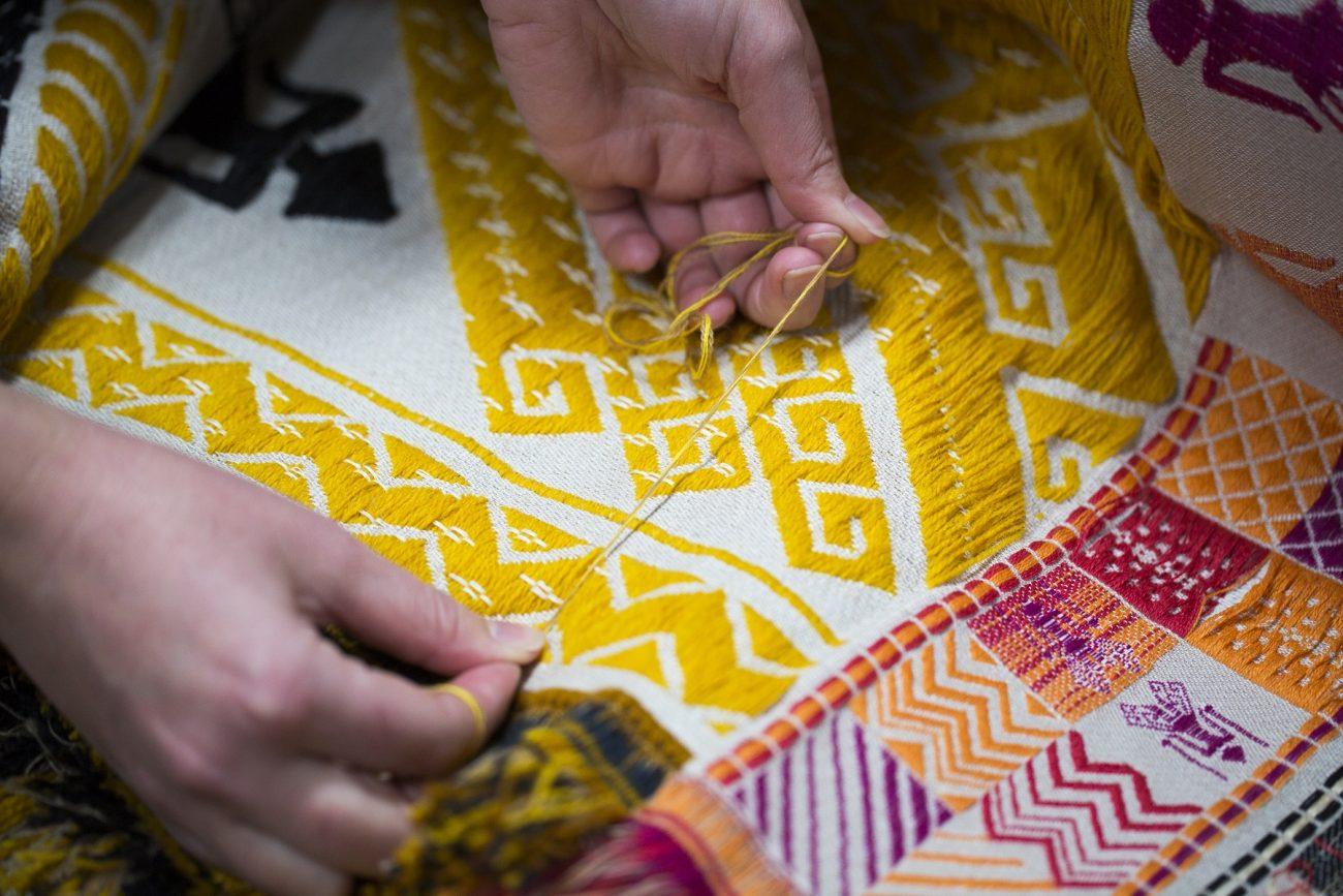 Jennifer Tee aan het werk in het TextielLab - foto Tommy de Lange.