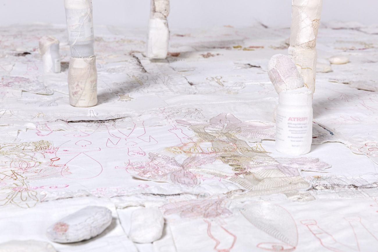 Memory Unsettled (detail) door Célio Braga, 2016, vlonder hoog 10 x breed 250 x diep 250 cm - foto Josefina Eikenaar.