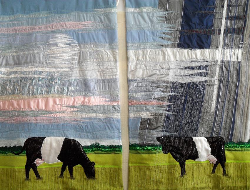 Koe in de zon, koe in de regen, wandkleed van Madelon de la Rive Box.