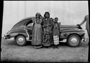 Oude foto van kleding van Vlisco-stoffen uit 1954 - foto Seydou Keïta.