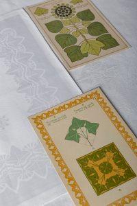 Tafellaken en vingerdoekje 'Klimop' (dessin 513) met platen uit A. A. Tekelenburg, Handleiding bij het ontwerpen van motieven naar plantvormen. Ontwerp Chris Lebeau, uitvoering E.J.F. van Dissel & Zn., Eindhoven (damast), 1910 - foto Josefina Eikenaar.