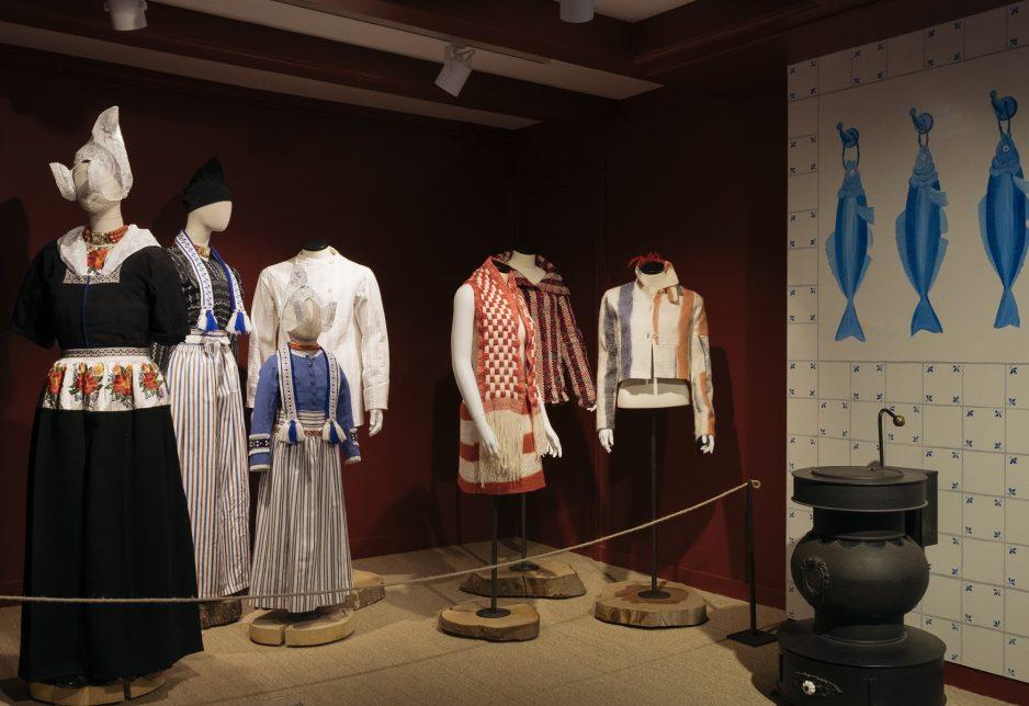 Overzichtsfoto van de tentoonstelling met traditioneel en hedendaags ontwerp, het laatste van Alexander van Slobbe - foto Marieke Bosma.