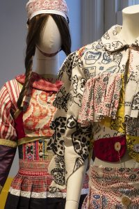Ontwerp van Bas Kosters naast een traditioneel kostuum uit Marken - foto Marieke Bosma.