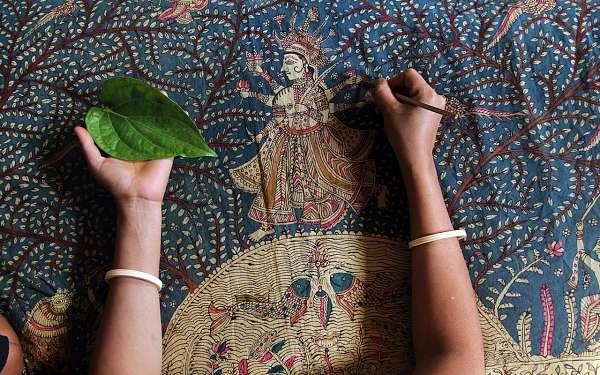 Mata ni Pachedi, een kunstvorm waarbij met de bamboopen wordt geschilderd op doek.