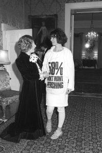 De foto waarop Katherine Hamnett in protestshirt Margareth Thatcher de hand schudt.