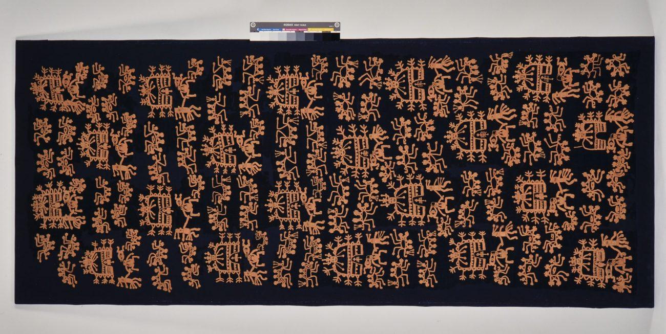 Met katoen geborduurde lamawollen mantel, versierd met een mythologische scène die verband houdt met voorouders en de vrouwelijke vruchtbaarheid. Nasca-beschaving, circa 100 - 600 CE, 255 x 93 cm.