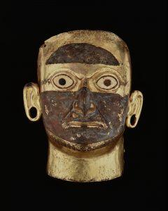 Dodenmasker van Huaca de la Luna. Mochica-beschaving, goud, koper, schelpen en steen, 26 cm hoog, circa 100 - 600 CE.