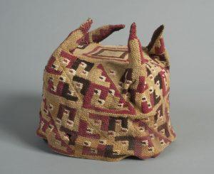Hoedje met vier punten van lamawol, Tiwanaku-beschaving, periode 600 - 900 CE.